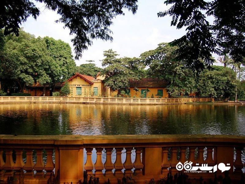 این کاخ توسط یک دریاچه ماهی کپور احاطه شده
