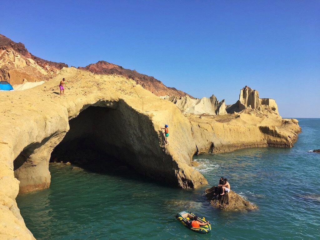 ساحل مفنق - جزیرهی هرمز از اون جاهاست که باید یکبار در زندگی امتحانش کنی به خدا.
