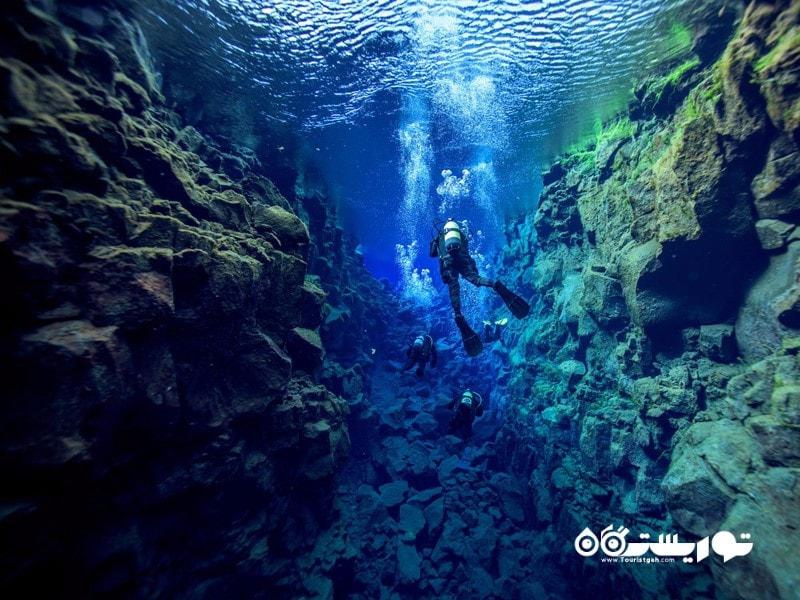 شکاف سیلفرا (Silfra) در میان آب های پارک ملی دینگوتلیر (Thingvellir National Park)