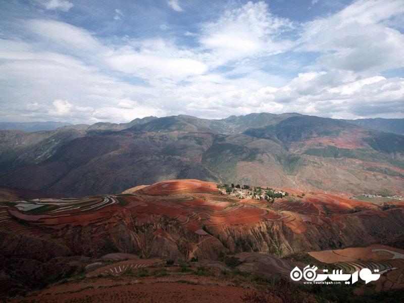 دونگ چوآن رِد لَند (Dongchuan Red Land) واقع در شهر شینگتیِن (Xintian)