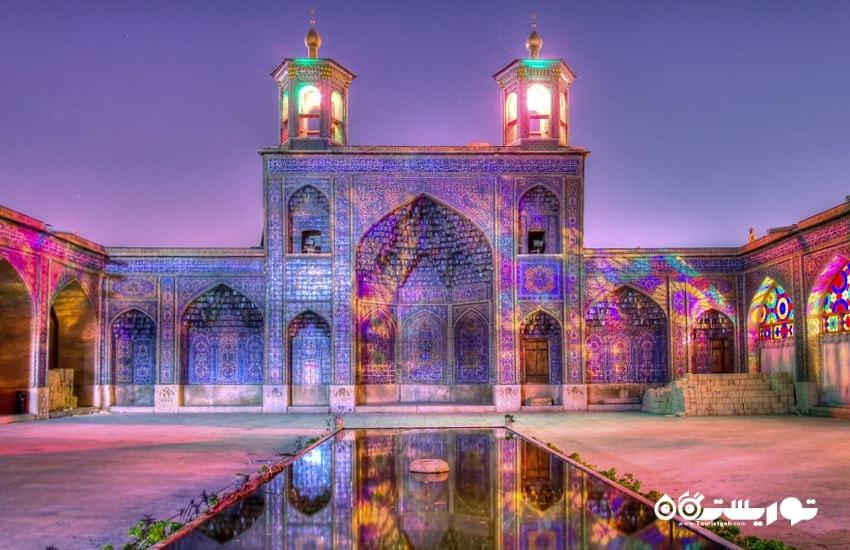منظره ای از حیاط مسجد نصیر الملک در شب هنگام  ایران