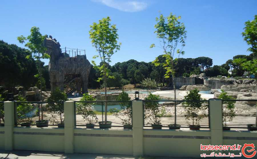 پارک آبی تخریب شده هتل