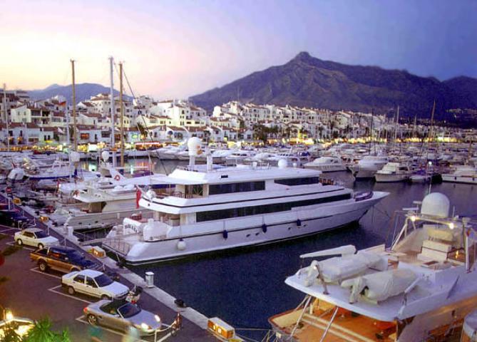 absolut marbella puerto banus1 - ۱۱ دلیل برای سفر به آندالوسیا