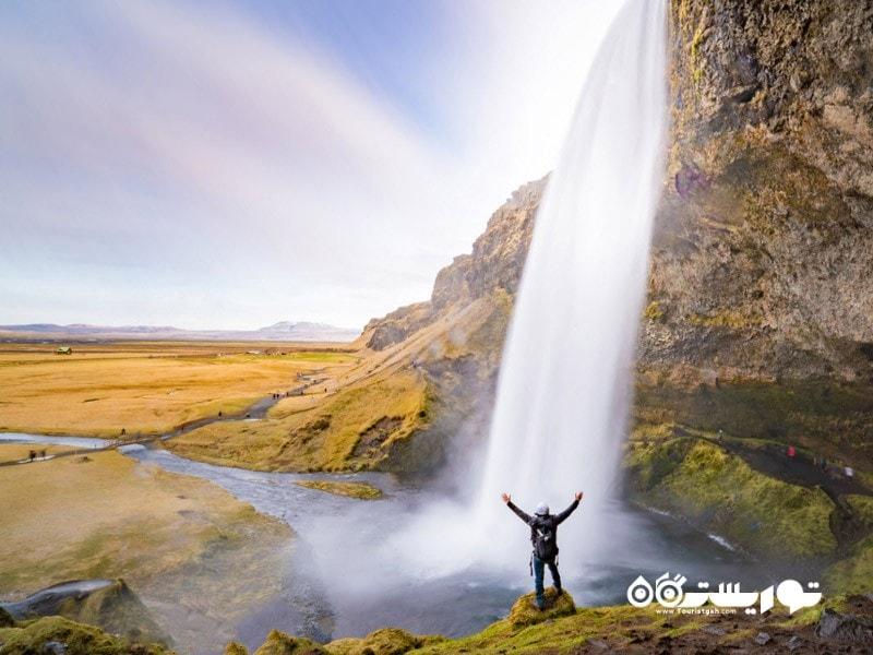 آبشار سلیالاندفوس (Seljalandsfoss) در کشور ایسلند