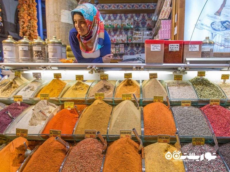 یک دستفروش در بازار ادویه جات