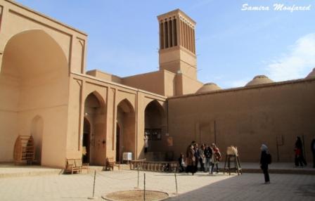 از مسجد جامع که بیرون بیایید دیگر میتوانید یک پیاده روی حداقل 2 الی 3 ساعته بسته به میزان علاقه خود در بافت قدیمی شهر داشته باشید و به نظاره سایتهای قدیمی و دیدنی بروید.